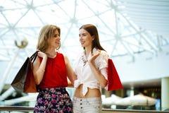 2 подруги с хозяйственными сумками Стоковая Фотография