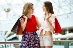 2 подруги с хозяйственными сумками Стоковые Изображения RF