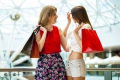 2 подруги с хозяйственными сумками Стоковое Изображение RF