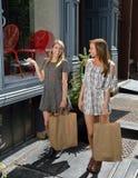 Подруги ходя по магазинам в городе Стоковая Фотография RF