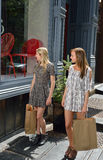 Подруги ходя по магазинам в городе Стоковые Изображения RF