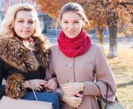 Подруги ходя по магазинам в осени Стоковые Фото
