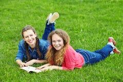 2 подруги читая книгу Стоковые Изображения