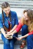 2 подруги читая книгу Стоковые Фотографии RF