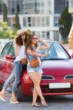 Подруги selfie 2 лета красивые приближают к автомобилю Стоковые Фото
