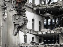 Подрывание здания машинным оборудованием для нового строительства стоковое фото