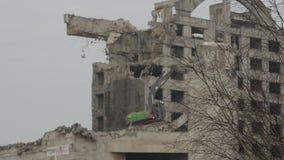 Подрывание здания с гидравлическим экскаватором сток-видео
