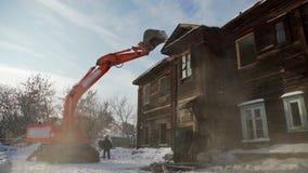 Подрывание старого дома Старый дом разрушенный, используя бульдозер видеоматериал