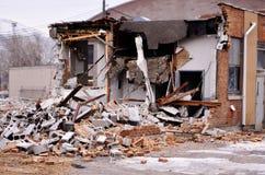 Подрывание стены кирпичей сброса давления здания Стоковое фото RF