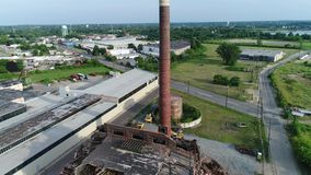 Подрывание фабрики здания вида с воздуха сток-видео
