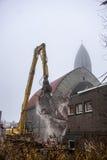 Подрывание церков с падая щебнем и пылью Стоковая Фотография