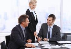 Подряд бизнесмена подписывая Стоковое Изображение