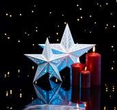 Подсвеченные звезды в сини с красными свечами Стоковое фото RF