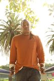 Подсвеченный человек на барах тренировки. Стоковые Изображения RF