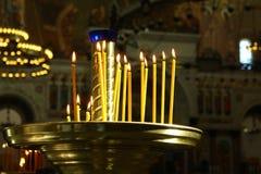 Подсвечник с горящими свечами в виске Стоковые Фотографии RF