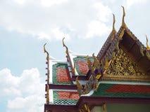 Подсказка золота крыши от тайской архитектуры с солнечностью на Таиланде Стоковое Изображение