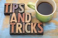 Подсказки и фокусы формулируют конспект в деревянном типе Стоковое Изображение