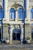 по совместительству фасада здания старое стоковое изображение rf