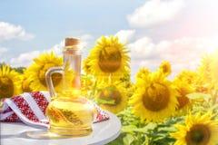 Подсолнечное масло на таблице стоковая фотография rf