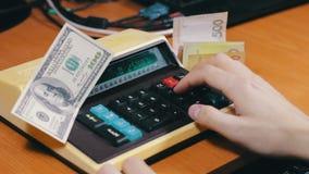 Подсчитывать деньги на ретро калькуляторе сток-видео