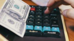 Подсчитывать деньги на старом калькуляторе сток-видео