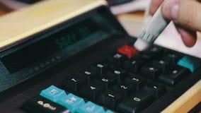Подсчитывать деньги на старом калькуляторе акции видеоматериалы