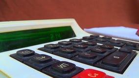 Подсчитывать деньги на старом калькуляторе видеоматериал