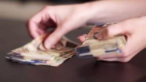 подсчитывать деньги видеоматериал