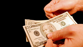 Подсчитывать счеты долларов наличных денег денег в руках Стоковая Фотография