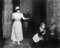 Подслушивать уловленный женщиной на двери (все показанные люди более длинные живущие и никакое имущество не существует Гарантии п Стоковая Фотография RF
