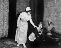 Подслушивать уловленный женщиной на двери (все показанные люди более длинные живущие и никакое имущество не существует Гарантии п Стоковые Фото