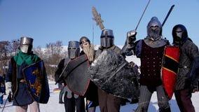 Полтава, Украина, январь 2017: Средневековые турнир и конкуренция между 2 сильными рыцарями с стальными шпагами