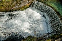 Полукруглая запруда которое причиняет водопад 10 Стоковые Изображения