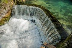 Полукруглая запруда которое причиняет водопад 09 Стоковое фото RF