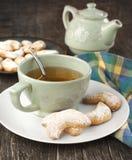 Полумесяцы ваниль и печенья миндалины и чашка зеленого чая Стоковые Фотографии RF