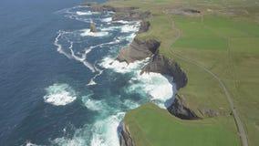 Полуостров головы петли вида с воздуха в западной Кларе, Ирландии Графство Клара пляжа Kilkee, Ирландия видеоматериал