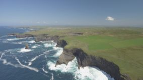 Полуостров головы петли вида с воздуха в западной Кларе, Ирландии Графство Клара пляжа Kilkee, Ирландия акции видеоматериалы