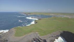 Полуостров головы петли вида с воздуха в западной Кларе, Ирландии Графство Клара пляжа Kilkee, Ирландия сток-видео