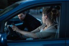 Получать в автомобиле женщины Стоковая Фотография
