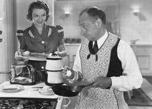 Получающ завтрак готовый (все показанные люди более длинные живущие и никакое имущество не существует Гарантии поставщика что там стоковые изображения rf