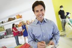 Получение подписания человека в магазине Стоковые Фотографии RF