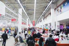 Получите внутри большой супермаркет наличными с большой очередью Стоковые Фото