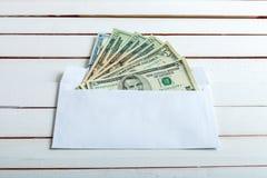 Получите внутри конверт наличными на белом деревянном столе Стоковое Изображение RF