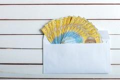 Получите внутри hryvnia наличными украинца конверта Стоковые Изображения RF