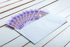 Получите внутри hryvnia наличными украинца конверта Стоковая Фотография RF