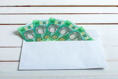 Получите внутри hryvnia наличными украинца конверта Стоковые Фото