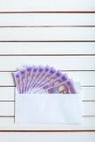 Получите внутри hryvnia наличными украинца конверта Стоковое Изображение RF