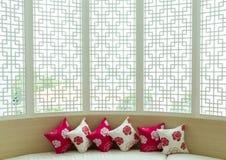 Подушка на предпосылке китайского стиля обоев софы Стоковая Фотография RF