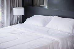 Подушки белизны на удобной кровати Стоковое Изображение RF