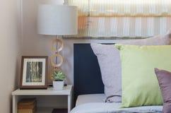 Подушки Брайна и зеленые подушки на кровати в спальне Стоковое Изображение RF